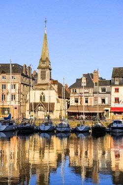 HMS2067889 France, Calvados, Pays d'Auge, Honfleur and its picturesque harbour, Old Basin and the Quai Saint Etienne, Saint Etienne church