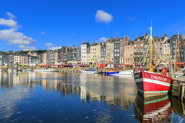 HMS2067894 France, Calvados, Pays d'Auge, Honfleur and its picturesque harbour, Old Basin and the Quai Sainte Catherine