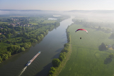 HMS2071971 France, Eure, Tosny, Jens in flight over the Seine, ITV Boxer paragliding, Mikalight R80 paramotor (aerial view)
