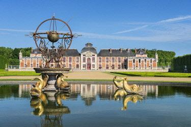 HMS2237533 France, Eure, Le Neubourg, Chateau du Champ de Bataille, 17th century castle renovated by its owner, the interior designer Jacques Garcia, La Source, bassin circulaire and the Sphère
