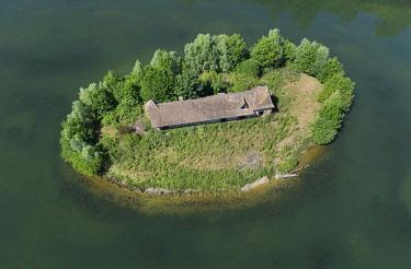 HMS2237556 France, Eure, Neaufles Saint Martin, Dangu ponds, a house on a island (aerial view)