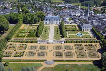 HMS2398884 France, Sarthe, Le Grand Luce, the castle ans its gardens (aerial view)