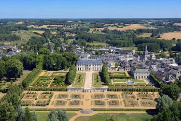 HMS2398888 France, Sarthe, Le Grand Luce, the castle ans its gardens (aerial view)