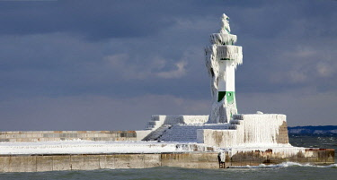 IBXTBO04237528 Icy lighthouse in harbour, Baltic Sea, Sassnitz, Rugen, Mecklenburg-Western Pomerania, Germany, Europe