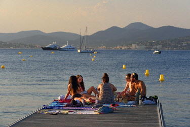 HMS2232260 France, Var, Saint-Tropez, Canebiers bay, moments with friends on the pontoon from the Canebiers beach