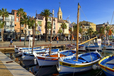 HMS2232296 France, Var, Sanary-sur-Mer, traditional fishing boats called pointus in the port and St. Nazaire Church