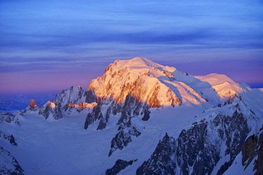HMS2234293 France, Haute Savoie, Chamonix, Mont Blanc (4810m) at sunrise, Mont Blanc range