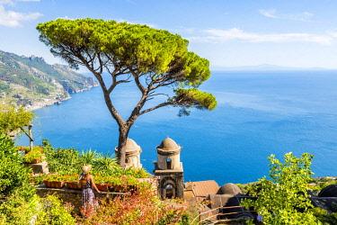 CLKAC68974 Villa Rufolo, Ravello, Amalfi coast, Salerno, Campania, Italy. A girl admiring the view at Villa Rufolo (MR)
