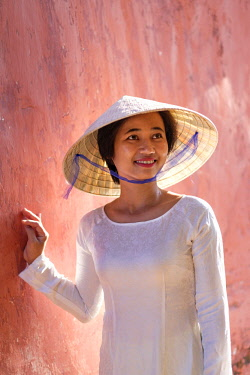 VIT1389AW Asia, South East Asia, Vietnam; Hue, young woman in a traditional Ao Dai dress and a Non La conical hat, MR