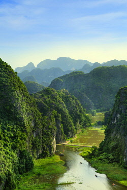 VIT1411AW Asia, South East Asia, Vietnam, Ninh Binh, Tam Coc, elevated view of the karst limestone hills of Tam Coc and the Ngo Dong River from the 15th Century Bich Dong pagoda. The region is known as Halong B...