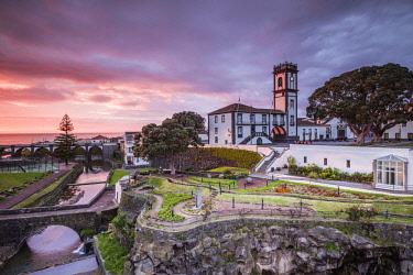 PT07222 Portugal, Azores, Sao Miguel Island, Ribeira Grande, town hall, sunset