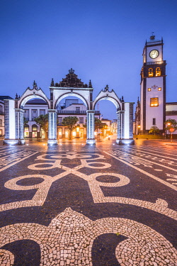 PT07260 Portugal, Azores, Sao Miguel Island, Ponta Delgada, Portas da Cidade gate and the Igreja Matriz de Sao Sebastiao church