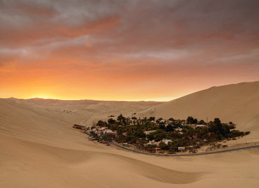 PER34011AW Huacachina Oasis at sunset, elevated view, Ica Region, Peru