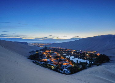 PER34015AW Huacachina Oasis at twilight, elevated view, Ica Region, Peru
