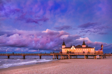 GER10565AW Pier at sunset, Ahlbeck, Usedom island, Mecklenburg-Western Pomerania, Germany