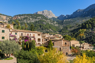SPA7363AW View of the mountain village of Fornalutx with Puig Major, the highest peak on Majorca, in the background, Fornalutx, Majorca, Balearic Islands, Spain