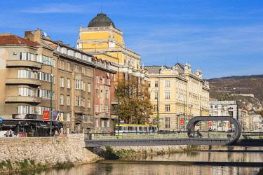 BH01121 Bosnia and Herzegovina, Sarajevo, Buildings on the banks of the Miljacka River, and Festina Lente bridge