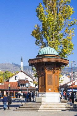 BH01175 Bosnia and Herzegovina, Sarajevo, Bascarsija - The Old Quarter, Bascarsija Square - also called Pigeon Square, The Sebilj, an Ottoman-style wooden fountain
