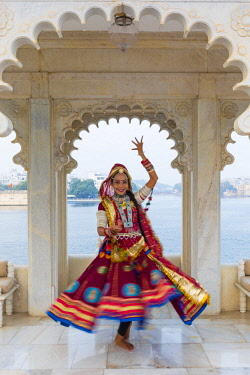 IN05865 Rajasthani dancer, Taj Lake Palace, Lake Pichola, Udaipur, Rajasthan, India