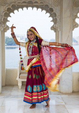 IN05868 Rajasthani dancer, Taj Lake Palace, Lake Pichola, Udaipur, Rajasthan, India