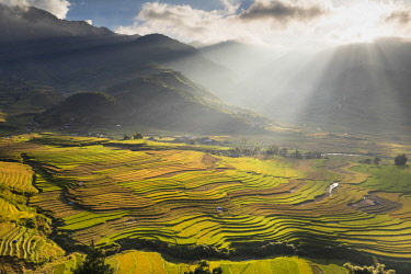 VIT1454AW Sun beams over the mountains surrounding the rice terraces at Tu Le, Yen Bai Province, Vietnam, South-East Asia