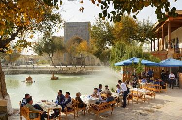 UZB0066AW Lyabi Hauz, a wonderful and relaxing plaza, the heart of city life in Bukhara. A UNESCO World Heritage Site. Uzbekistan