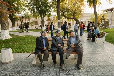 UZB0134AW Lyabi Hauz, a wonderful and relaxing plaza, the heart of city life in Bukhara. A UNESCO World Heritage Site. Uzbekistan