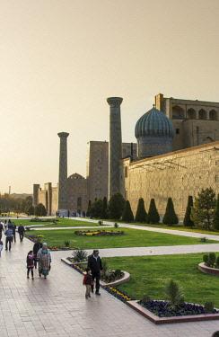 UZB0155AW Sher-Dor Madrasah. Registan square, a Unesco World Heritage Site, Samarkand. Uzbekistan