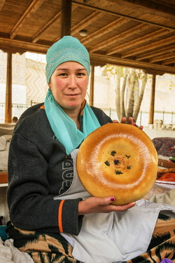 UZB0177AW Uzbek bread seller at the Siyob Bazaar. Samarkand, a UNESCO World Heritage Site. Uzbekistan