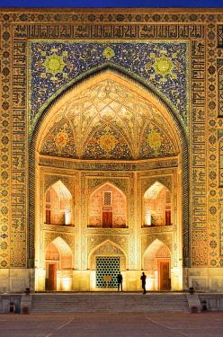 UZB0179AW The Registan square and the main entrance of Tilya-Kori Madrasah. A Unesco World Heritage Site, Samarkand. Uzbekistan