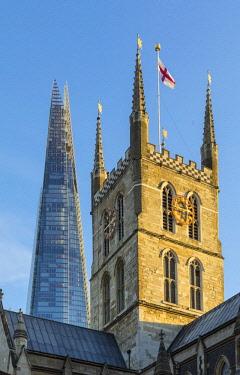 UK11290 The Shard & Southwark cathedral, London, England, UK