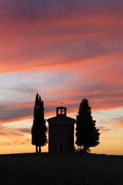 ITA11398AW Chapel of Vitaleta at sunset, Val d'Orcia, San Quirco d'Orcia, Tuscany, Italy