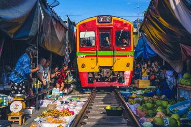 THA1163AW Maeklong Railway Market, Samut Songkhram, Bangkok, Thailand.