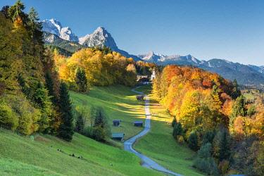 CLKMK71347 Wamberg, Garmisch-Partenkirchen, Bavaria, Germany. The little Wamberg village with the Mount Zugspitze and the Mount Waxenstein