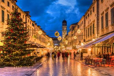 CRO1608AW Stradun pedestrian street adorned with Christmas lights and decorations, Dubrovnik, Croatia