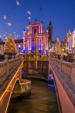 SLO1246AW Franciscan Church of the Annunciation and Triple Bridge or Tromostovje adorned with Christmas lights, Ljubljana, Slovenia