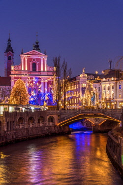 SLO1248AW Franciscan Church of the Annunciation and Triple Bridge or Tromostovje adorned with Christmas lights, Ljubljana, Slovenia