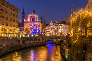 SLO1249AW Franciscan Church of the Annunciation and Triple Bridge or Tromostovje adorned with Christmas lights, Ljubljana, Slovenia