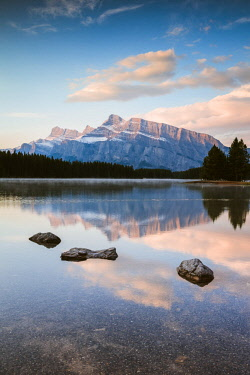 CAN3232AW Mt Rundle at sunrise, Two Jack lake, Banff National Park, Alberta, Canada