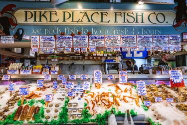 USA12967AW Fish shop inside Pike place market, Seattle, Washington, USA