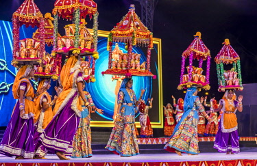IND8429AW Ahmedabad, Gujarat,  India. Folk dancers in regional traditional attire at the Annual National Navratri  Dance Festival