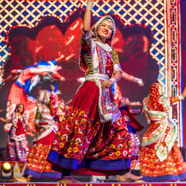 IND8430AW Ahmedabad, Gujarat,  India. Folk dancers in regional traditional attire at the Annual National Navratri  Dance Festival
