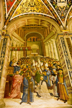 ITA11527 Siena, Tuscany, Italy. The interior of the Piccolomini Library within the Siena Duomo. This fresco depicts the Coronation of Enea Silvio Piccolomini as Pope Pius II.