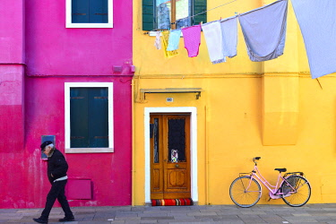 HMS2918055 Italy, Venetia, Venice, listed as World Heritage by UNESCO, Burano island, colored houses on the waterfront