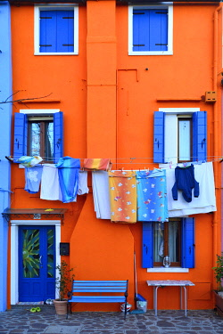 HMS2918067 Italy, Venetia, Venice, listed as World Heritage by UNESCO, Burano island, colored houses on the waterfront