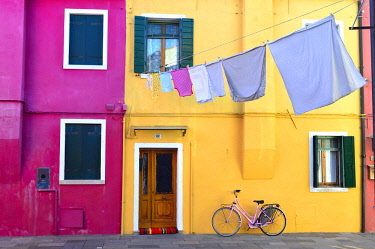 HMS2918070 Italy, Venetia, Venice, listed as World Heritage by UNESCO, Burano island, colored houses on the waterfront