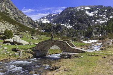 HMS2228946 Andorra, Soldeu, Valira d'Orient, hiker in the Vall d'Incles between Soldeu and El Tarter