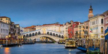 ITA11713AW Rialto bridge at dusk, Venice, Veneto, Italy.