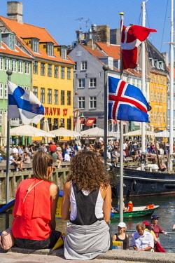 HMS2997146 Denmark, Zealand, Copenhagen, Nyhavn district (new harbor), 18th century houses, restaurant terraces and canal side bar