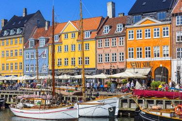 HMS2997154 Denmark, Zealand, Copenhagen, Nyhavn district (new harbor), 18th century houses, restaurant terraces and canal side bar